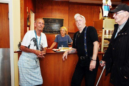 Weiron Holmberg (i mitten) är sedan många år stammis på Sjömanskyrkan i Majorna. Här hänger han med personalen.