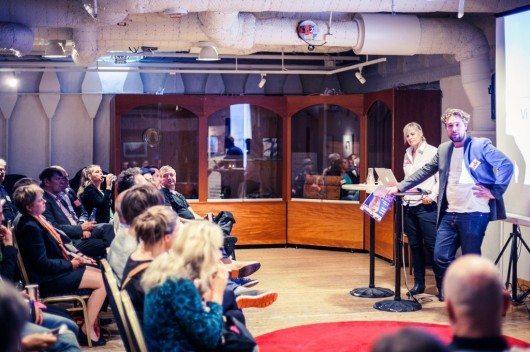 Faktums vd Gustaf Rönneklev talar på företagsträffen