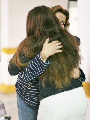 Eva Löfgren får en varm kram av annars barska härbärgesföreståndaren Joyce Gyimah.