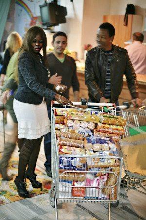Joyce Gyimah (t.v.) är chef på frivilligorganisationen Adintre. Hon är förbannad på Sverige som inte hjälper sina egna utsatta medborgare. I stället får sådana som Joyce rycka in och stötta dem som inte har råd att handla sin egen mat.