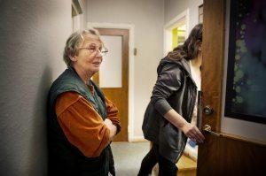 """Birgitta Möller från frivilligorganisationen Värmestugan är orolig för framtiden.""""Visst, de har hittat annat boende för många som haft sin trygga tillvaro här, men en del trivs inte och kommer tillbaka och så dyker det ständigt upp nya hemlösa."""" Nu hoppas hon attett nytt politisktstyrkeförhållande i socialnämnden ska skjuta till medel och rädda verksamheten."""