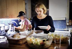 """""""Det blir tuffare och tuffare för oss volontärer som fixar mat sju kvällar i veckan"""", säger Ieva Lindgren från frivilligorganisationen Värmestugan. Sedan Hemlösas hus dragit ner på personal och öppettider har frivilligarbetarna i Värmestugan ökat servicen och serverar nu även frukost på helgerna."""