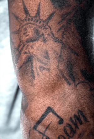 Tatueringarna på Isons kropp har alla en särskild betydelse. Frihetsgudinnan var en mäktig symbol för New York-födde Ison redan när han var barn.