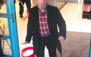"""Butikschefen syns på en övervakningsfilm när han kommer ut ur butiken för att """"tvätta fönster"""", som han senare uppgav. I själva verket ser två vittnen hur han siktar på Vanessa Ileva, som sitter och tigger utanför butiken på Stigbergstorget i Majorna, Göteborg."""