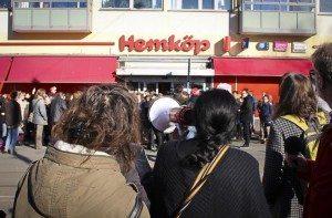 Vattenattacken mot Vanessa utlöste en intensiv protestvåg och utanför Hemköpsbutiken samlades hundratals demonstranter i mars 2014 för att visa sitt stöd för Vanessa Ileva. BILD: Göteborgs Fria