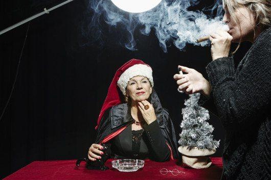 Amelia Adamo går med på att fotograferas med rykande cigarr på Faktums omslag men vägrar röra den. Således får reportern rycka in och blossa på rökdonet.
