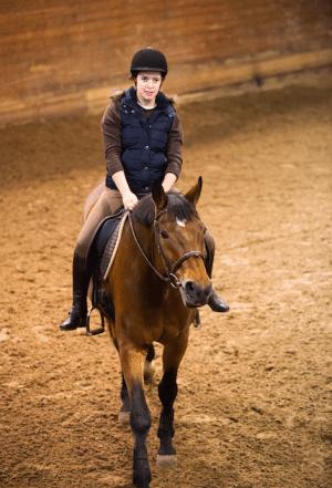 Sofia styr sin häst, Cousine Z, med van hand.