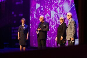 Mästerkocken Leif Mannerström delar ut pris för Årets inkastare till Gnosjöborna Elenor Johansson med flera för deras arbete med att ge tiggare riktiga jobb.