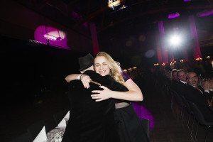 Josephine Freje kramar om Faktums chefredaktör Aaron Israelson med segercigarren i beredskap.