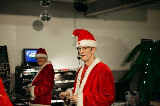 Johnny Flintberg är en sann julälskare och hans hus är det mest julpyntade på orten. Bilden är från förra årets julkaraoke och tomteluvan Johnny har på huvudet är motoriserad, den dansar och lever sitt eget liv.