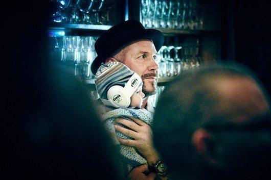 Juhas yngste son, tre månader gamle Prins Jalde, är med på de flesta av pappas spelningar. Här bakom bardisken på krogen Engelen i Stockholm.