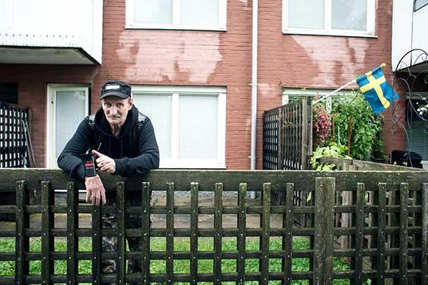 """Kalevi i sin trädgård utanför tvårummaren i Tuve. När han kom till Sverige för 50 år sedan blev han förvånad: """"Allt var så mysigt, det var en helt annan kultur än i Finland. Där var allt mer gammaldags, mer religiöst. I Sverige stod det porrtidningar i skyltfönstren!"""""""