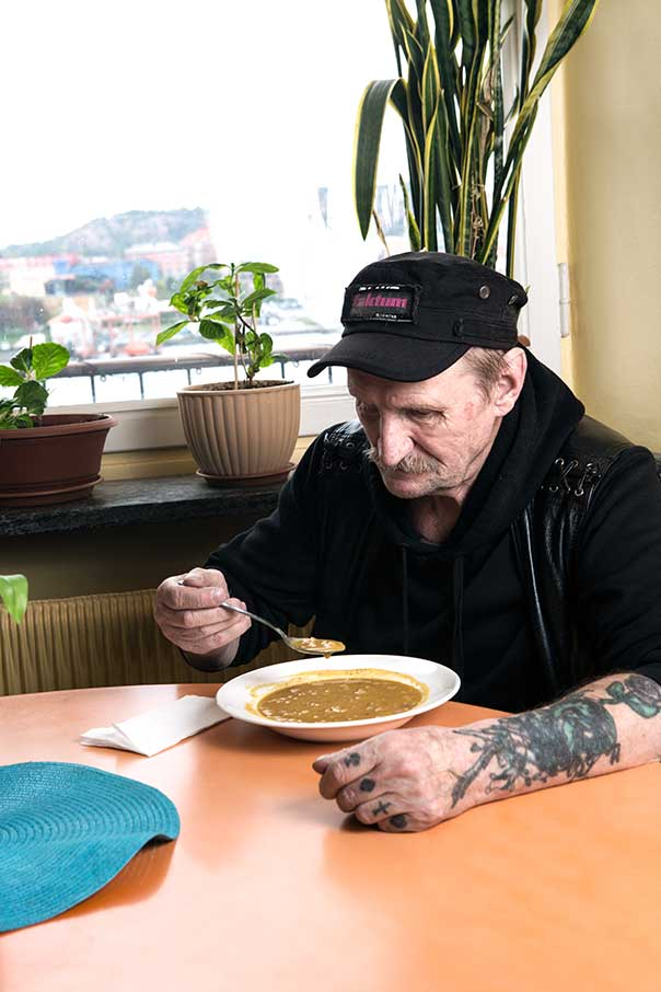Ärtsoppa och förskott. Mat och pengar, två grundläggande behov i livet. Så även för Kalevi.
