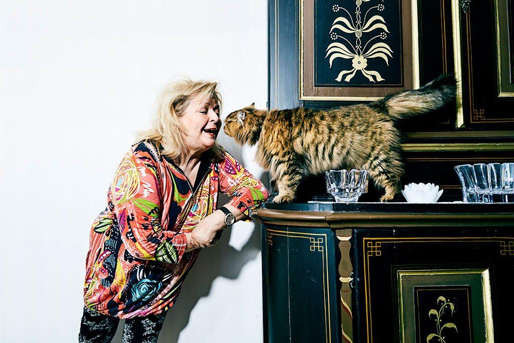 """Den orangebruna katten Alice har många talanger, bland annat kan hon öppna ytterdörren själv genom att hoppa upp på handtaget. """"Det har hänt flera gånger att jag somnat i soffan framför en deckare på teve och vaknat av att jag fryser. När jag går upp står dörren vidöppen, då vet jag att det är Alice som varit framme. Nu för tiden försöker jag komma ihåg att låsa dörren"""", säger Kikki."""