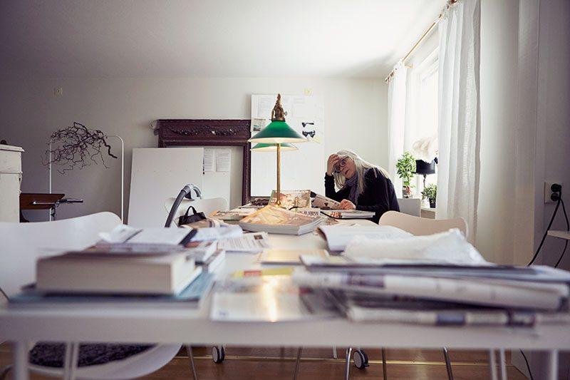 """När Ulla Skoog inte spelar in film eller står på teaterscenen jobbar hon ofta på egen hand. Här i hennes lägenhet i Haga, Göteborg, har stora delar av Projektet tagit form. <span style=""""color: #333333;"""">..................................</span></p>"""