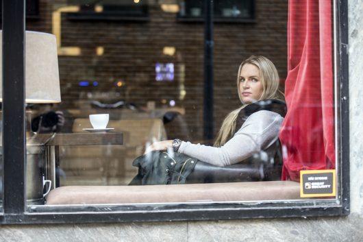 Frida Wallberg på café i Halmstad.